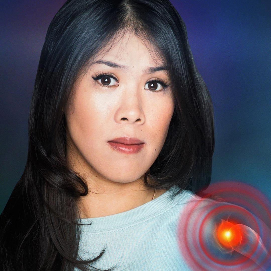 Montage: Mai Thi Nguyen-Kim mit Schmerzsymbol im Schultergelenk