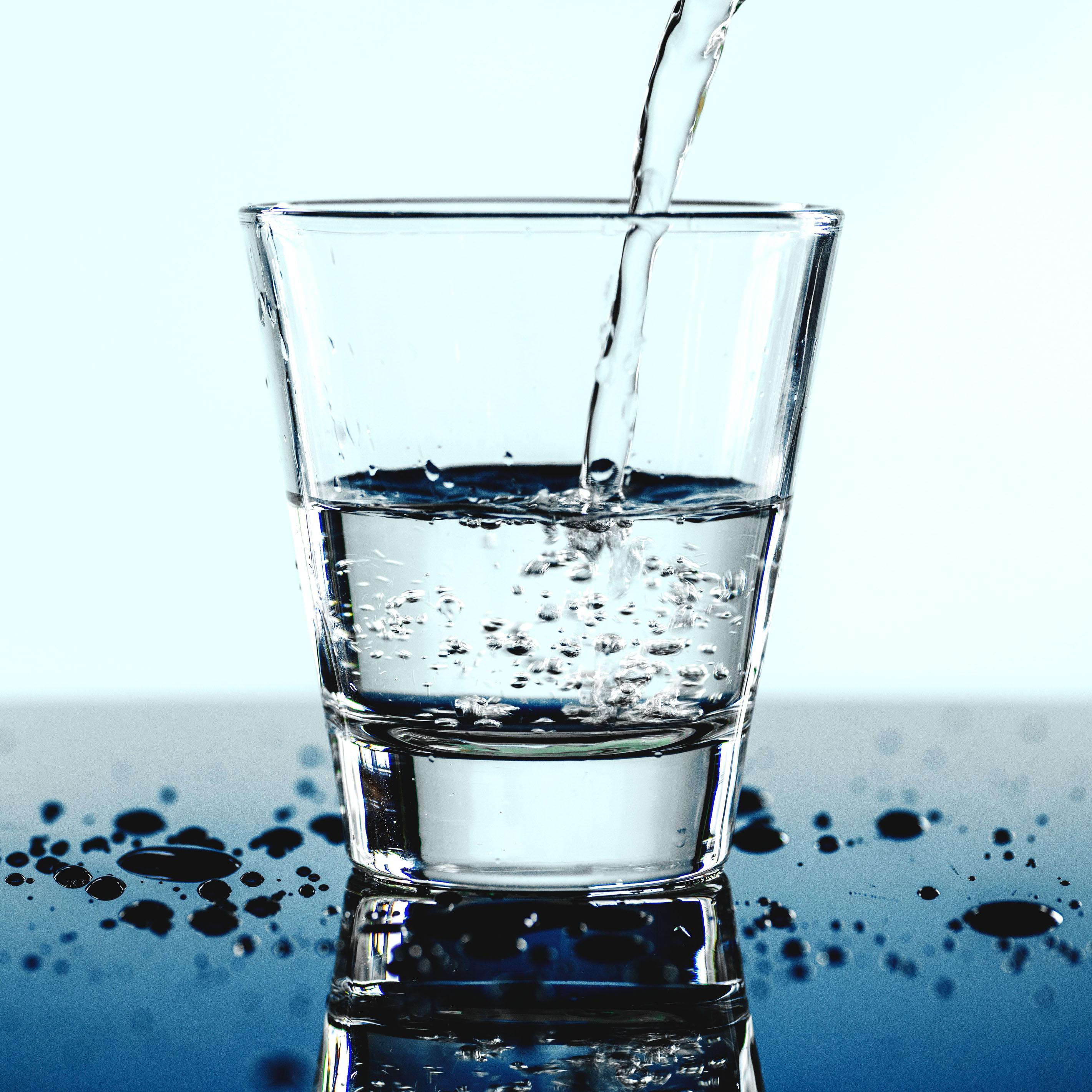 Ein Glas wird mit Wasser befüllt.