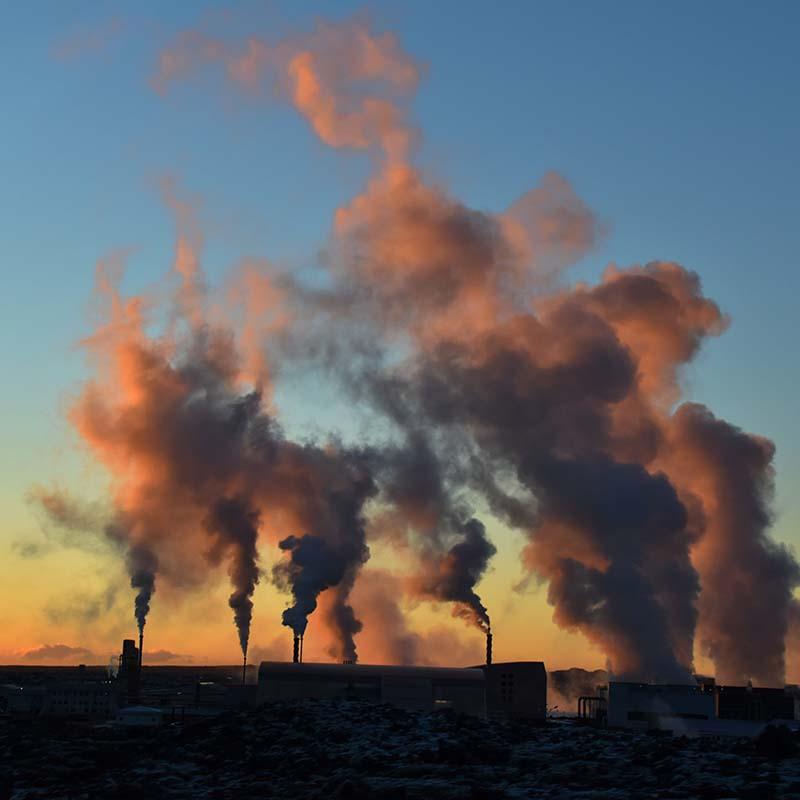 Ausstoß von Industriewerken im Sonnenuntergang.