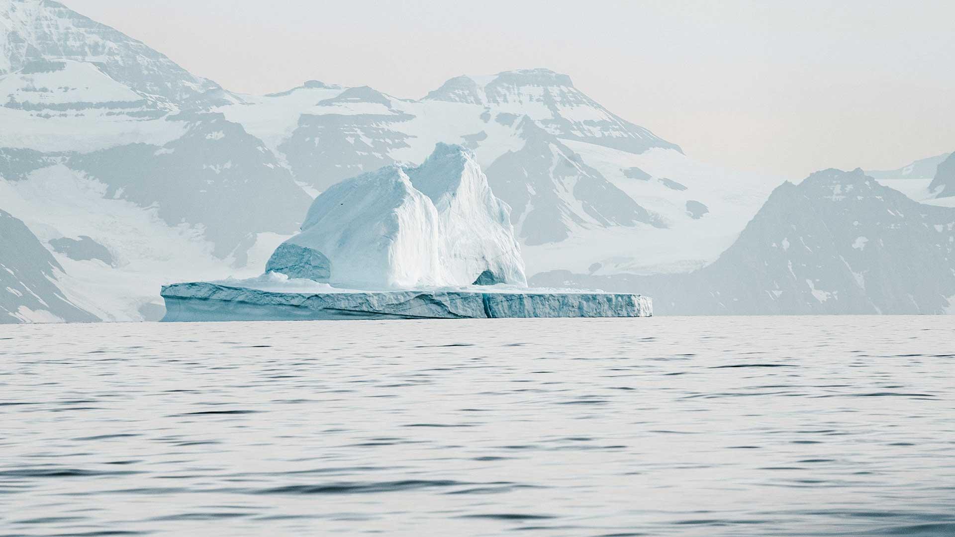 Ein Eisberg in der Arktis