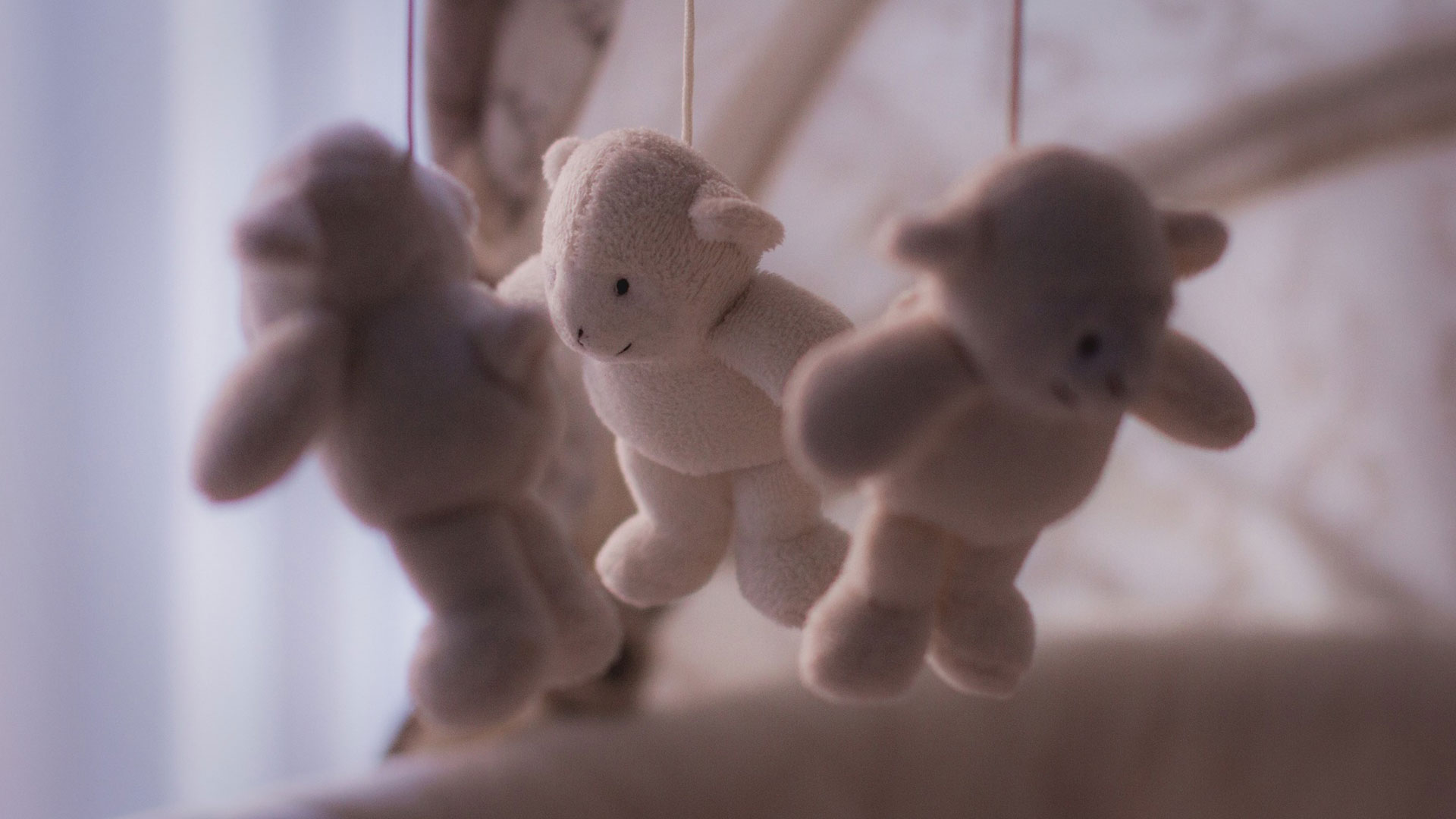 Bären-Mobilé über Kinderbett