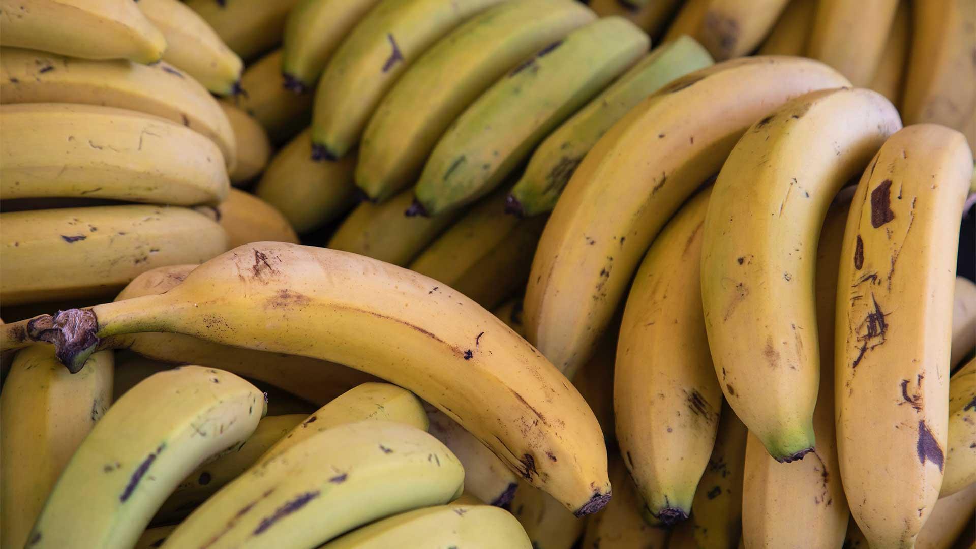 Nahaufnahme übereinander gestapelter Bananen