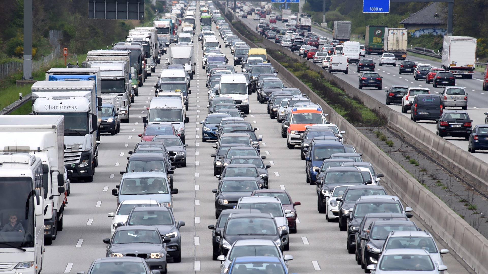 Kilometerlang staut sich der Verkehr auf der Autobahn.