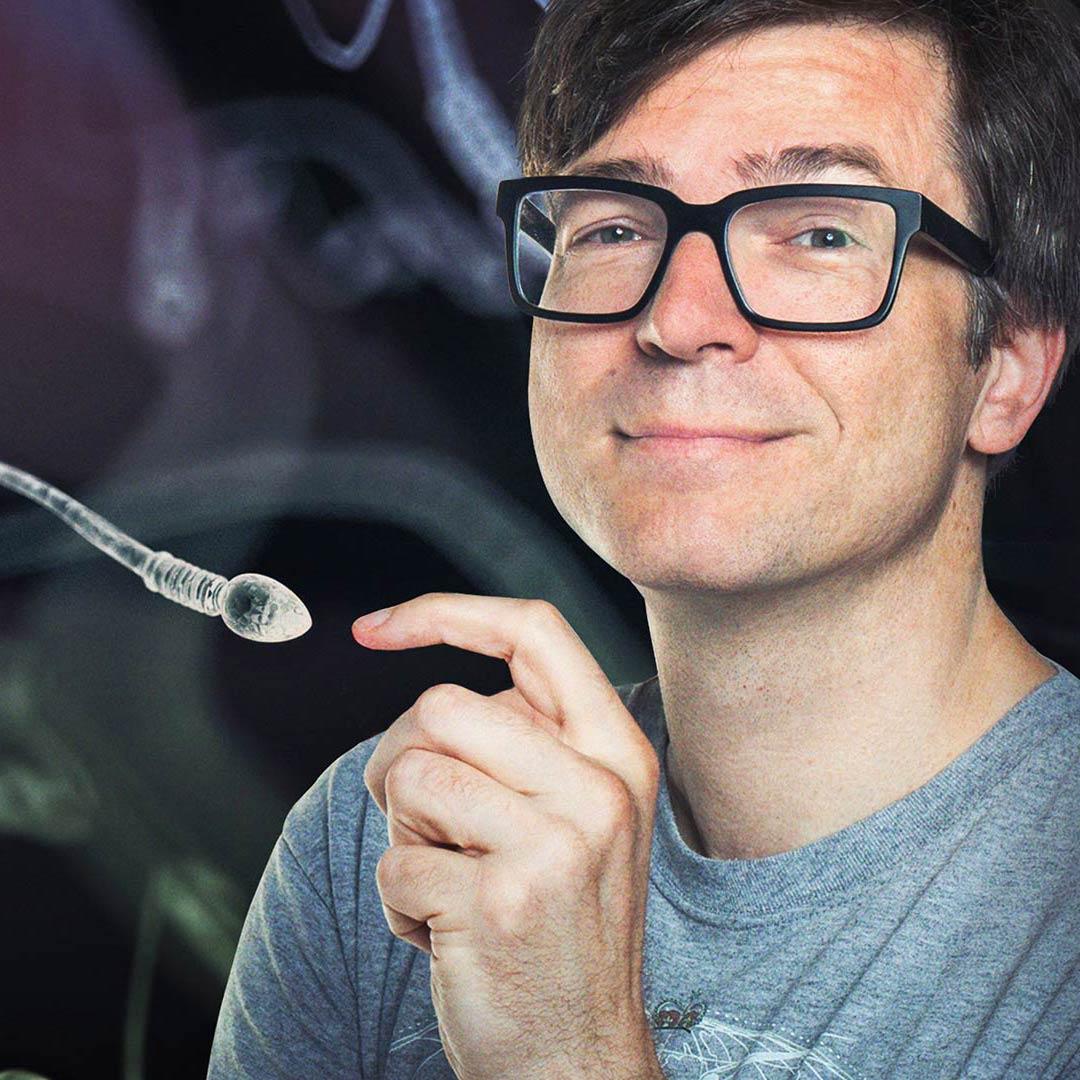 Montage: Ralph Caspers zeigt auf ein vergrößertes Spermium