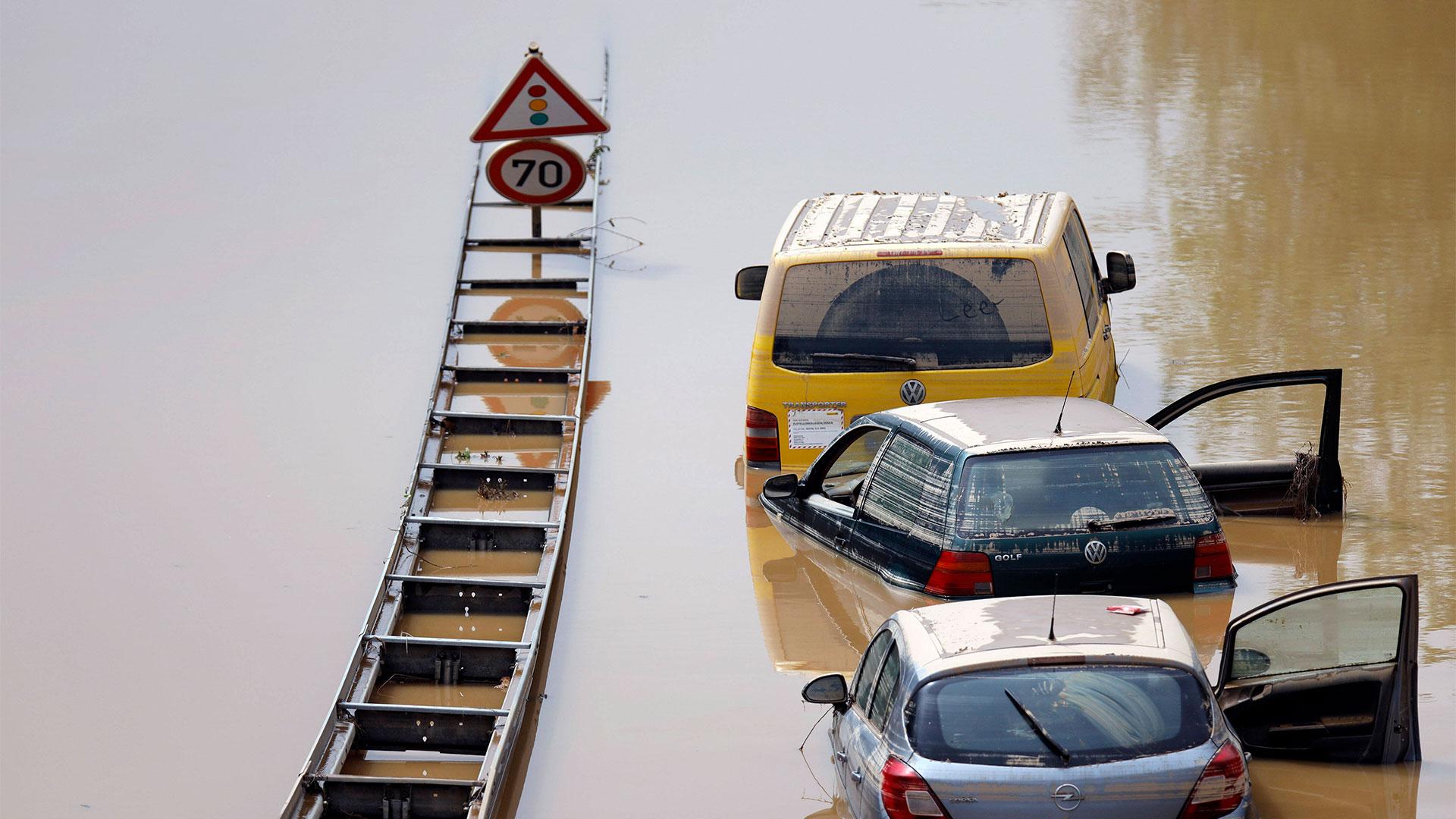 Nach der Hochwasser-Katastrophe im Erftkreis gehen die Aufräumarbeiten weiter. Bei den Bergungsarbeiten der zerstörten Autos in Erftstadt-Liblar kommen auch Sonar, Bundeswehrpanzer und Taucher zum Einsatz: Sie überprüfen die massiv beschädigten Fahrzeuge auf der B256 Luxemburger Straße. Die Fahrer der Autos und LKWs waren von den Wassermassen überrascht worden, konnten sich nach bisherigen Erkenntnissen offenbar noch eilig in Sicherheit bringen. Erftstadt, 17.07.2021