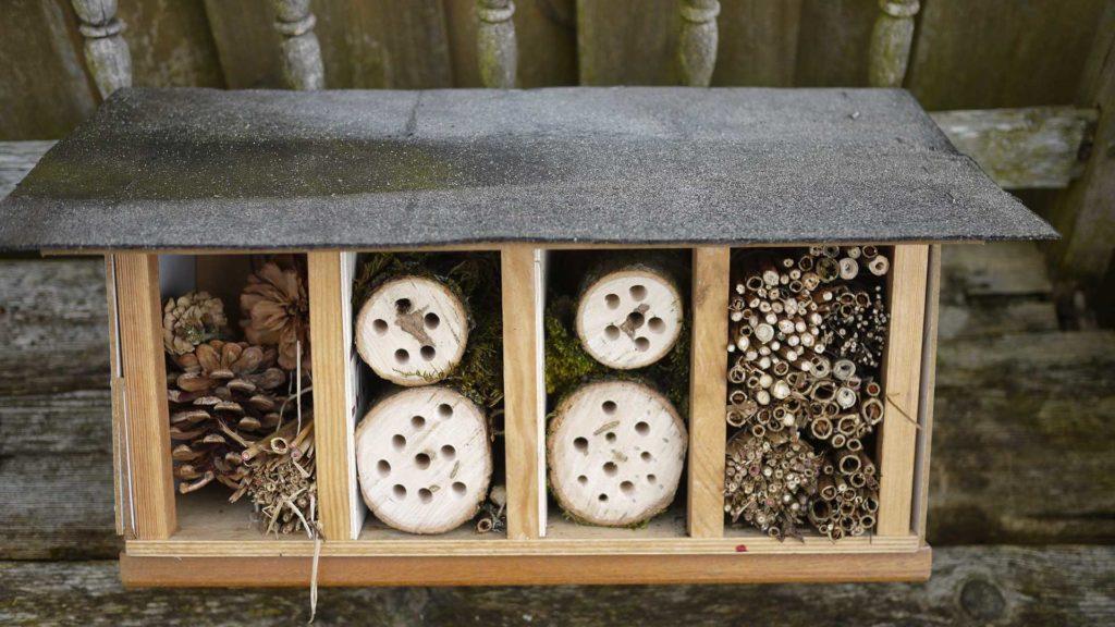 Ein selbst gebautes Insektenhotel, z.B. für Wildbienen.