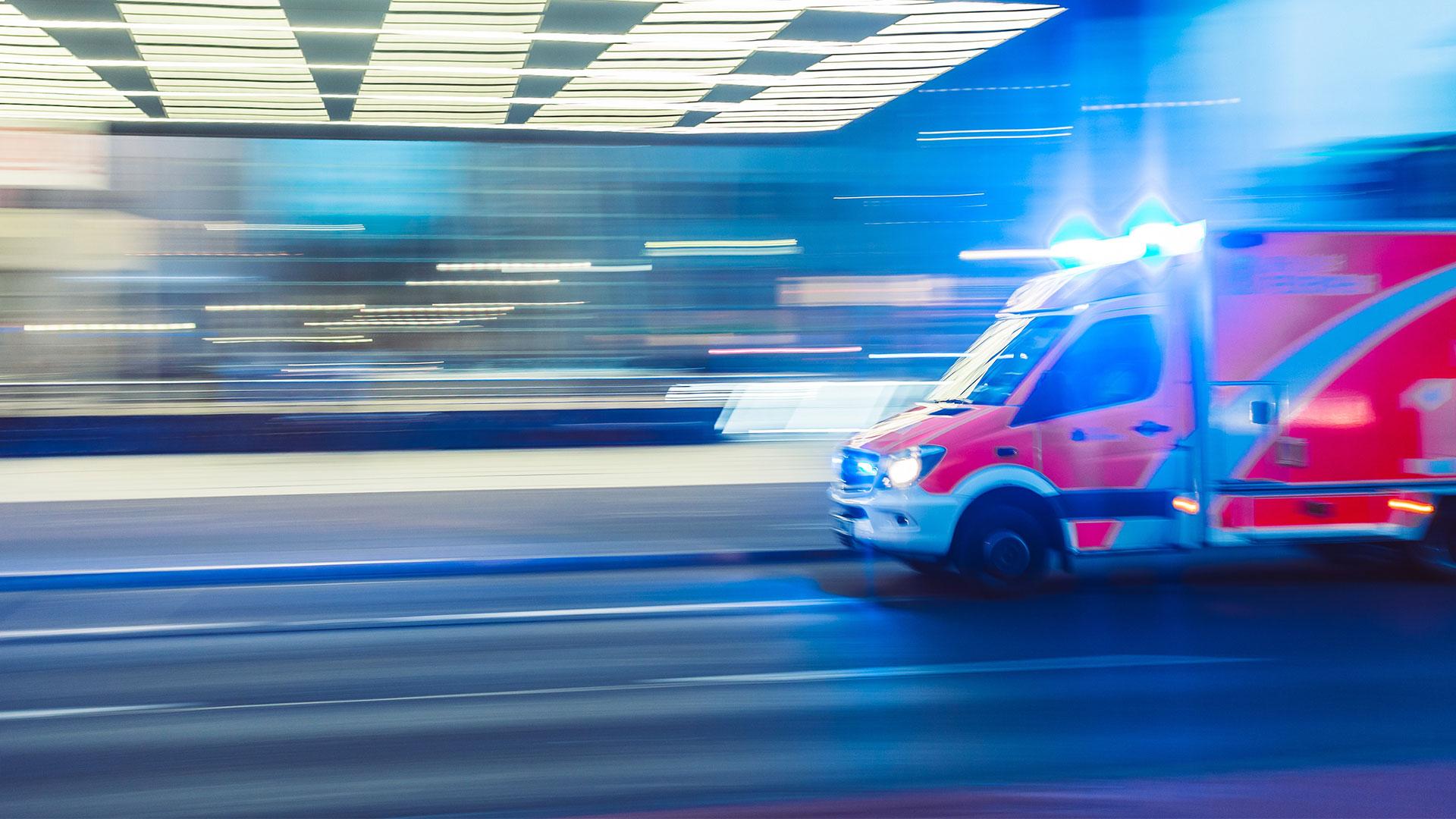 Ein Krankenwagen fährt zu einem Krankenhaus.