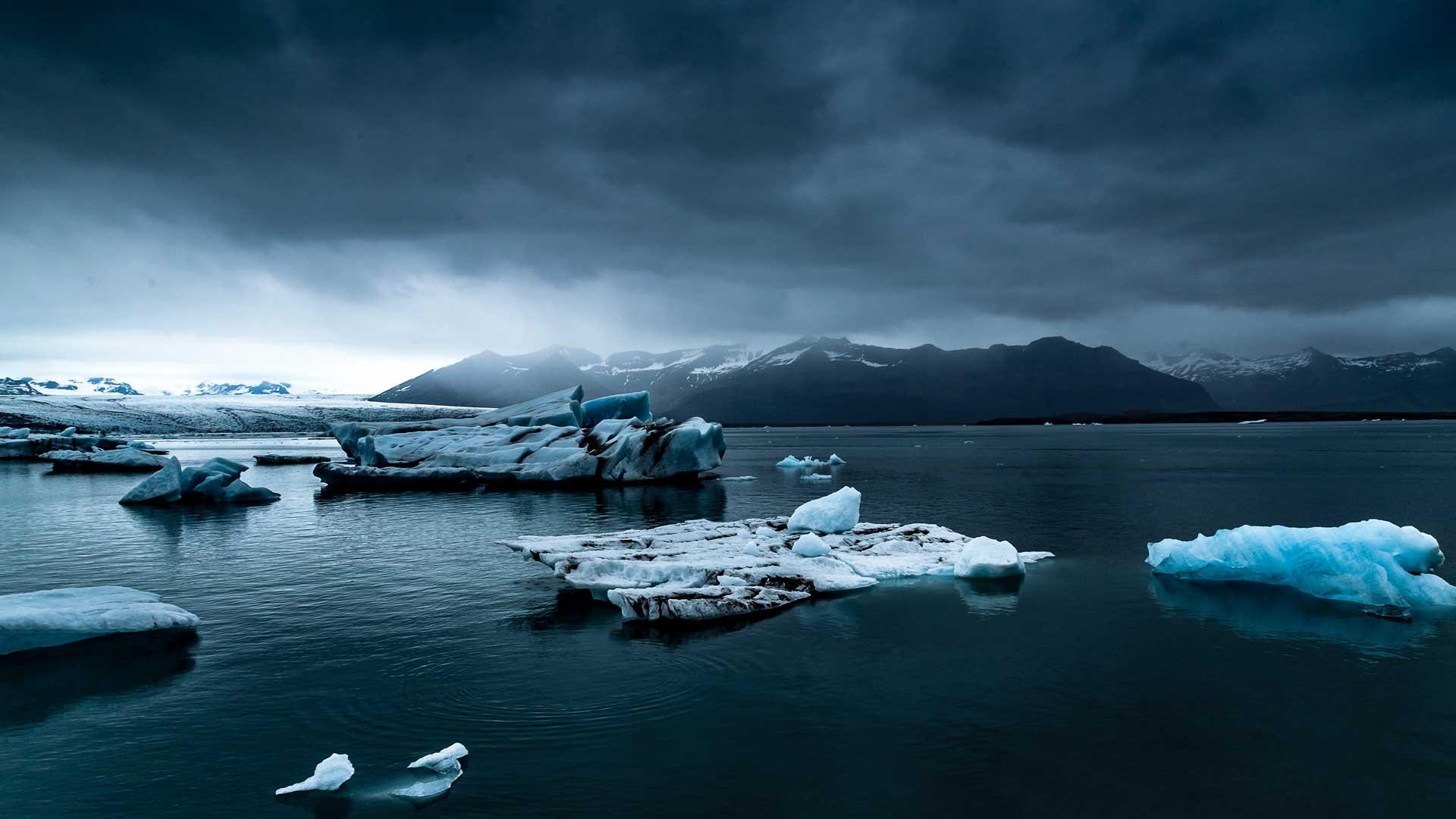 Eisberge treiben im Meer.