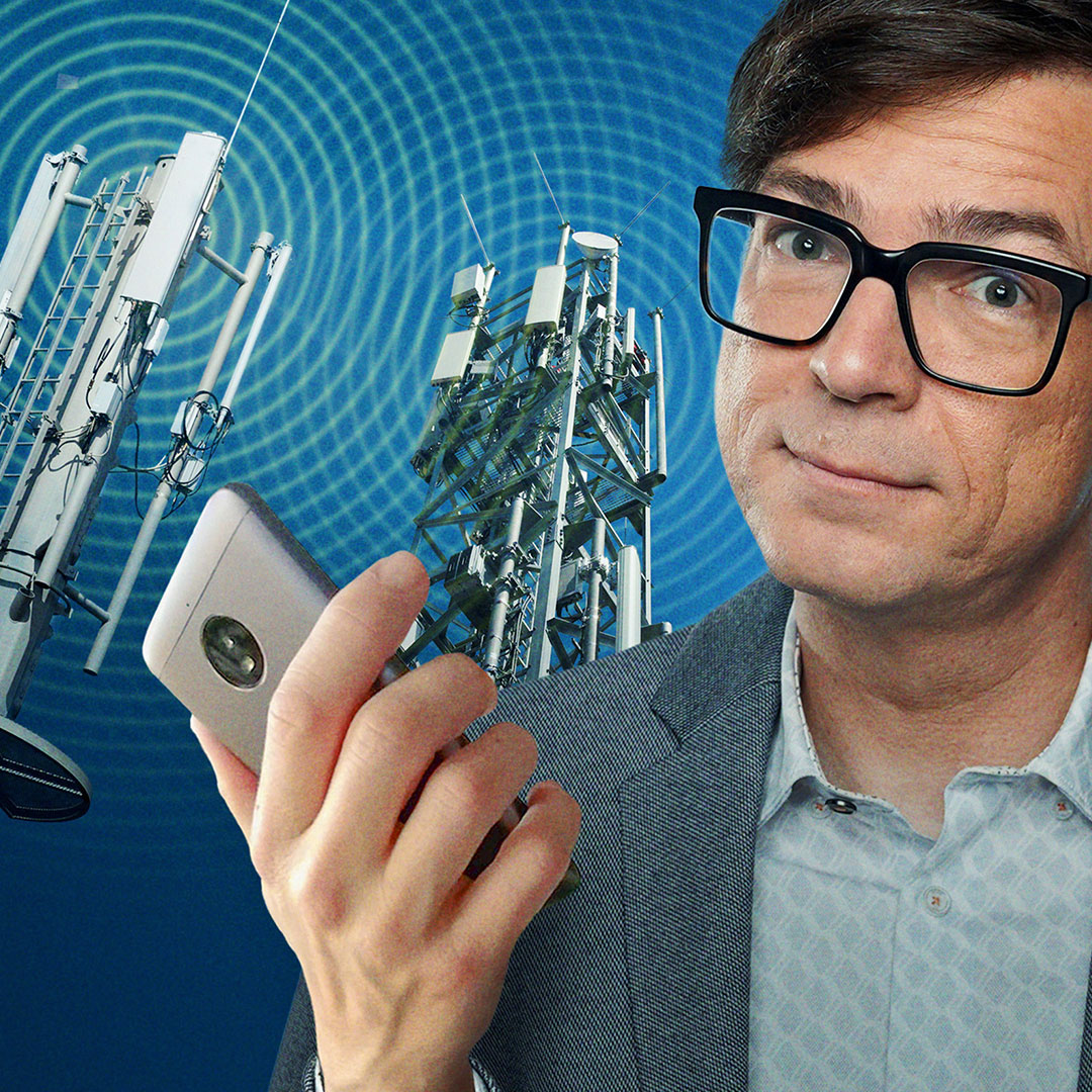 Ralph Caspers mit Handy vor Mobilfunkmasten