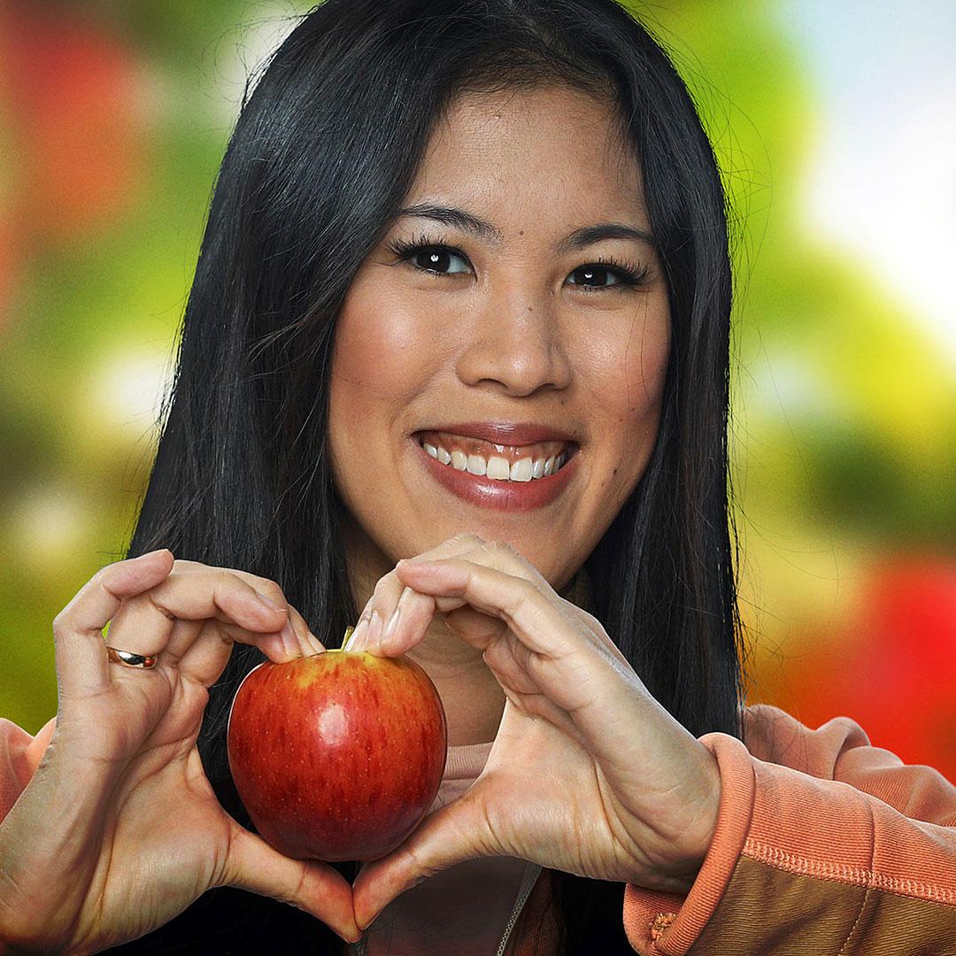 Mai Thi Nguyen-Kim hält einen Apfel in ihren Händen