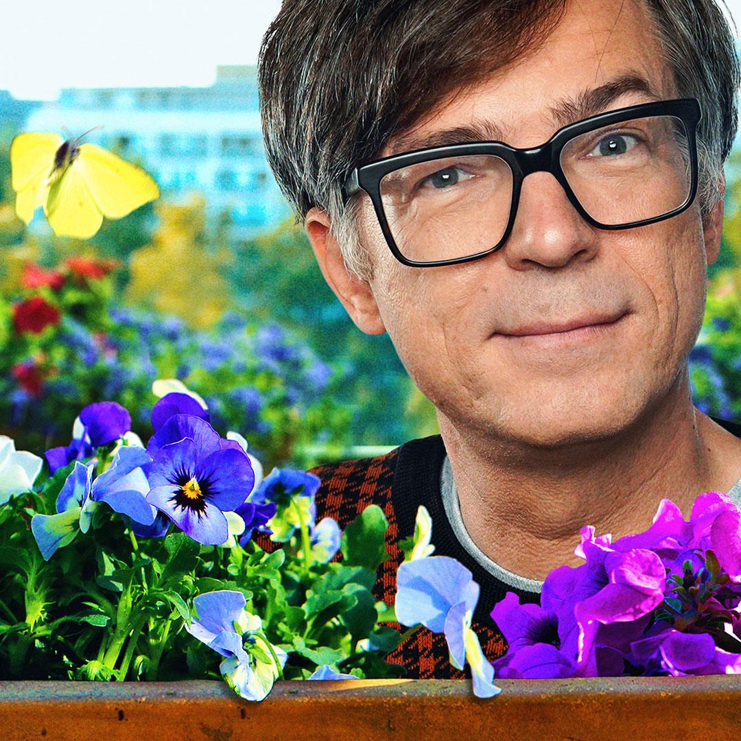Ralph Caspers hinter Blumen