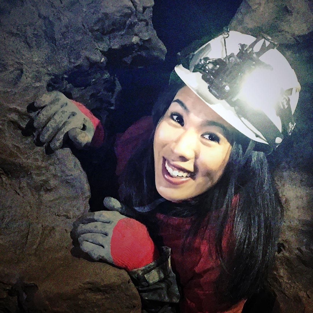 Mai Thi Nguyen-Kim schaut aus einem engen Höhlengang