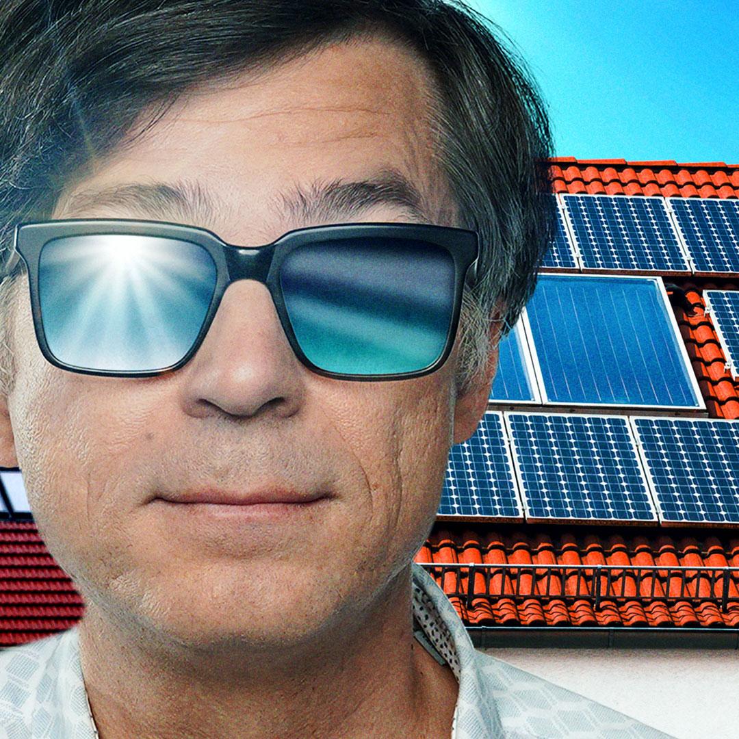 Ralph Caspers mit verspiegelterBrille vor Solarpanels