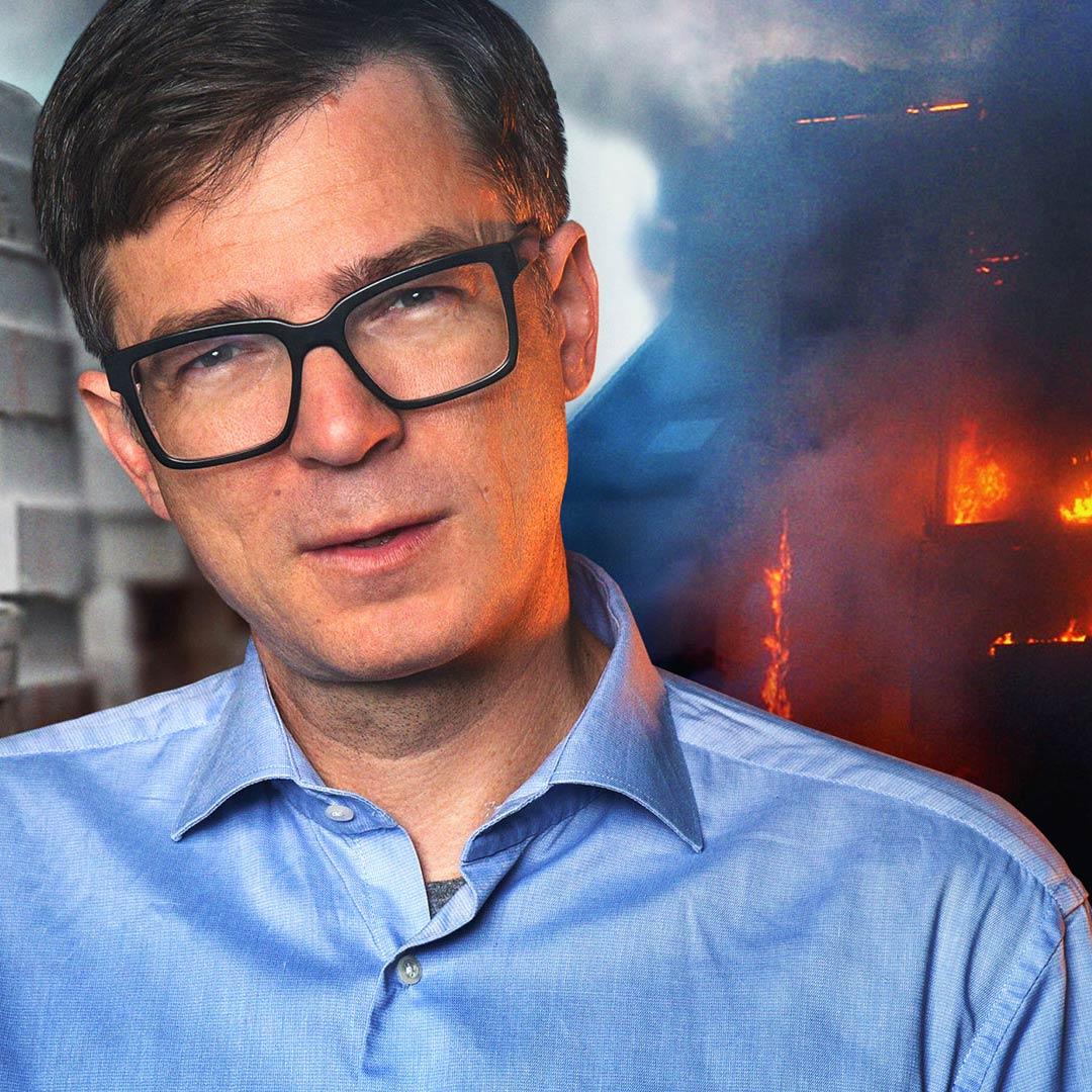 Montage: Ralph Caspers vor Styropor-Stapel und brennendem Haus