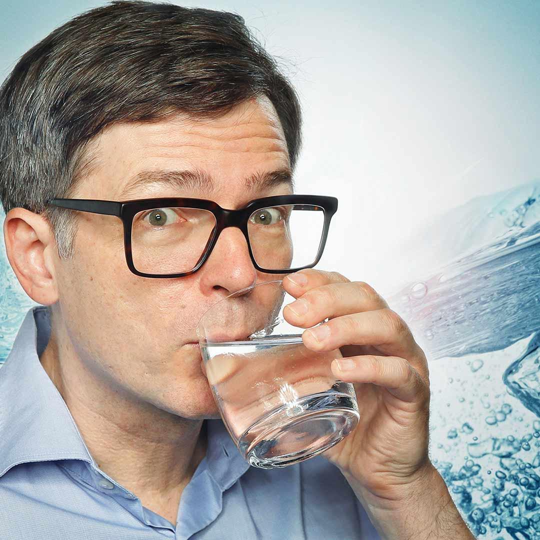 Ralph Caspers trinkt ein Glas Wasser