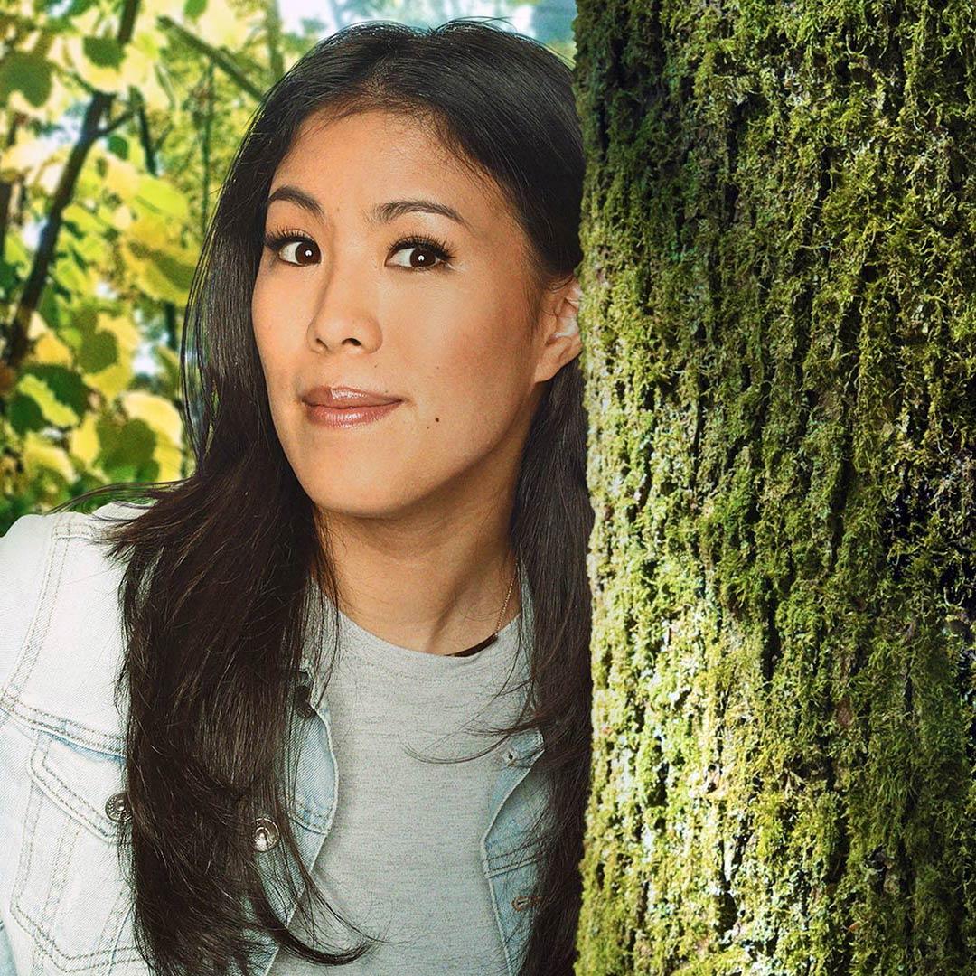 Mai Thi Nguyen-Kim lehnt an einem Baum