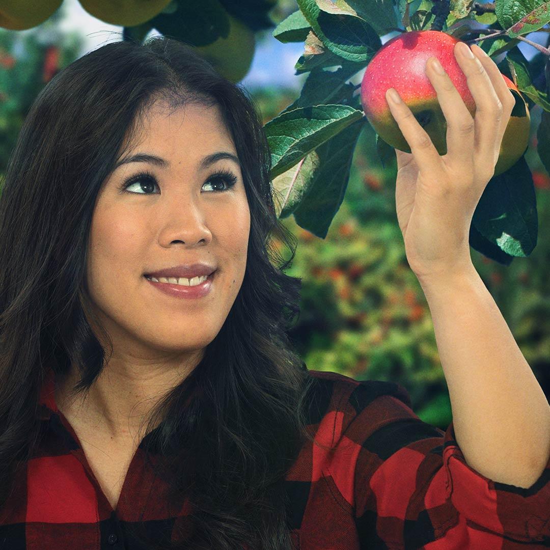 Mai Thi Nguyen-Kim hält einen Apfel in der Hand