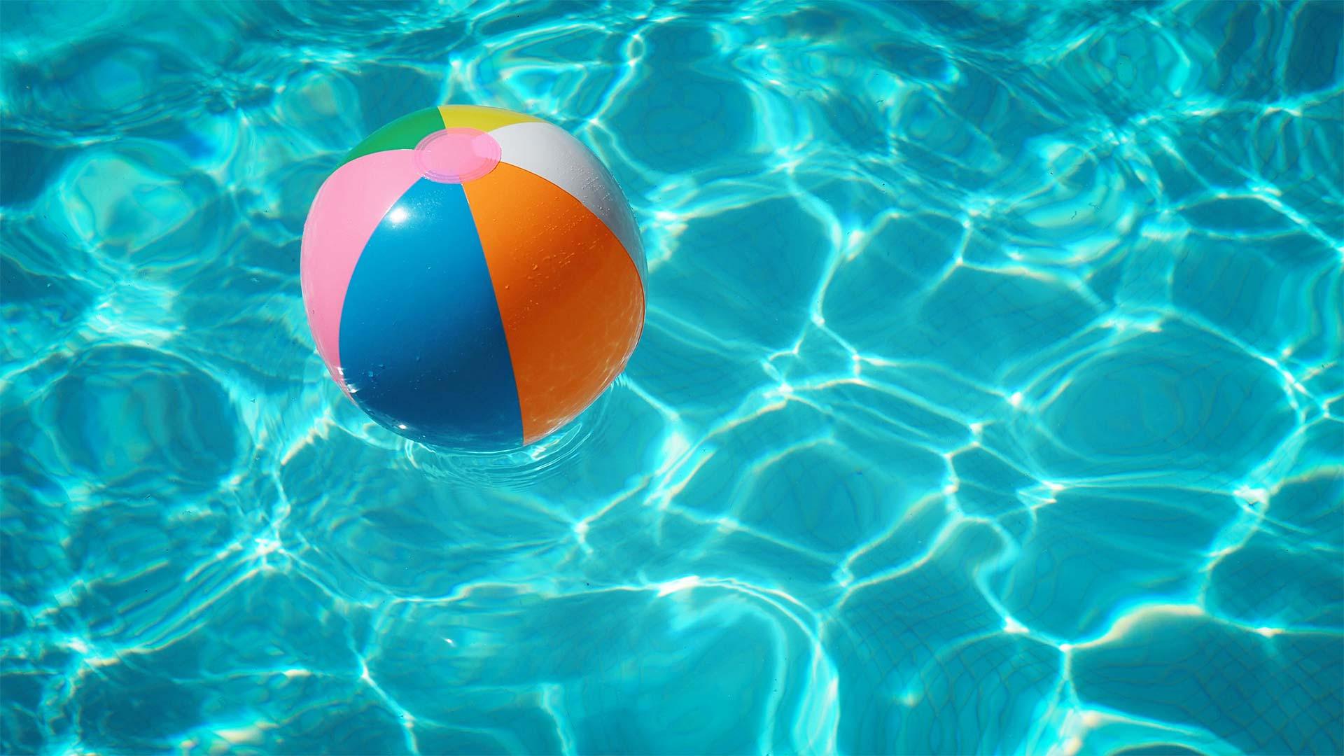 Ball treibt im Pool