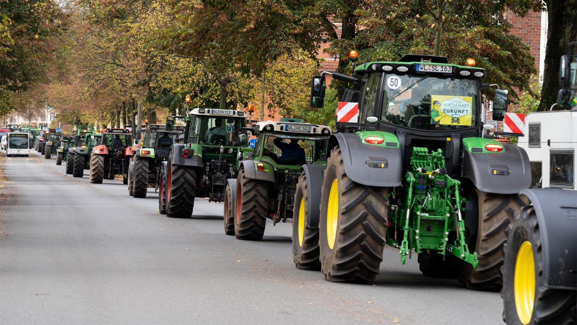 Traktoren auf der Straße bei den Bauernprotesten am 22. Oktober 2019