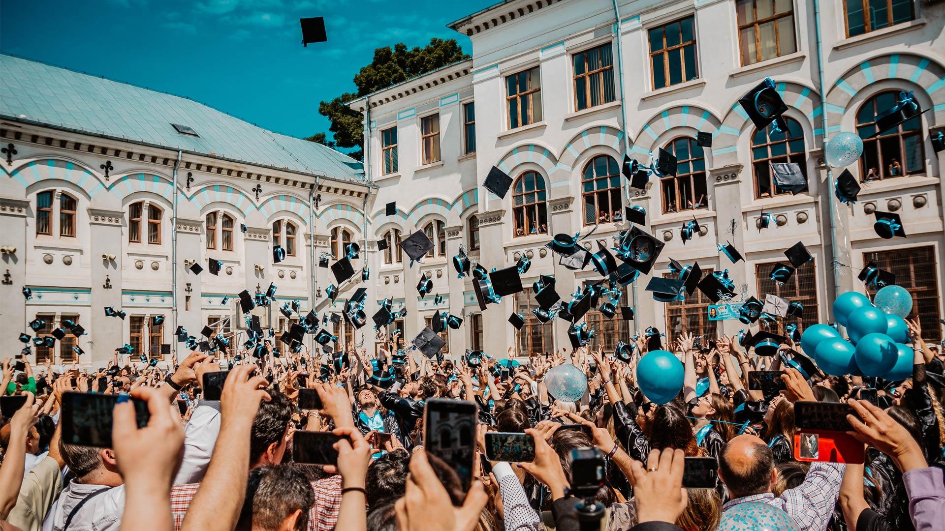 Abiturienten feiern ihren Abschluss