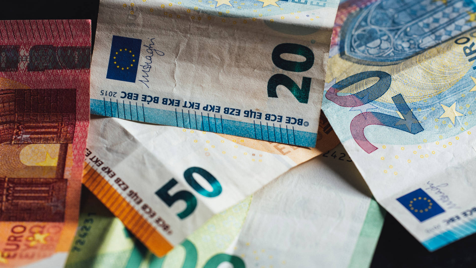 Geldscheine liegen nebeneinander