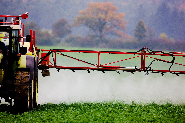 Ein Traktor versprüht Pflanzenschutzmittel | Bildrechte: dpa-Bildfunk