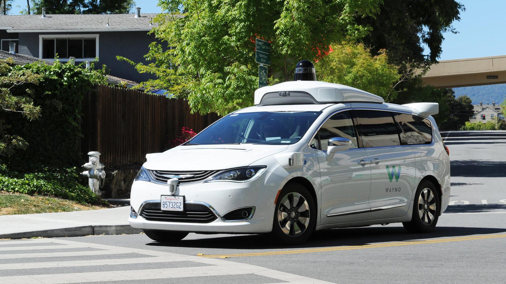 Ein selbstfahrendes Auto der Google-Schwesterfirma Waymo ist auf einer Testfahrt unterwegs. | Foto: Andrej Sokolow/dpa