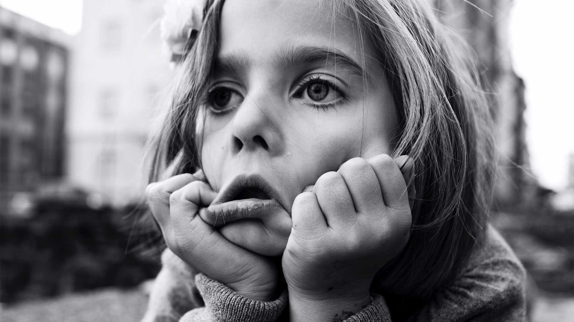 Mädchen mit heruntergezogenen Mundwinkeln
