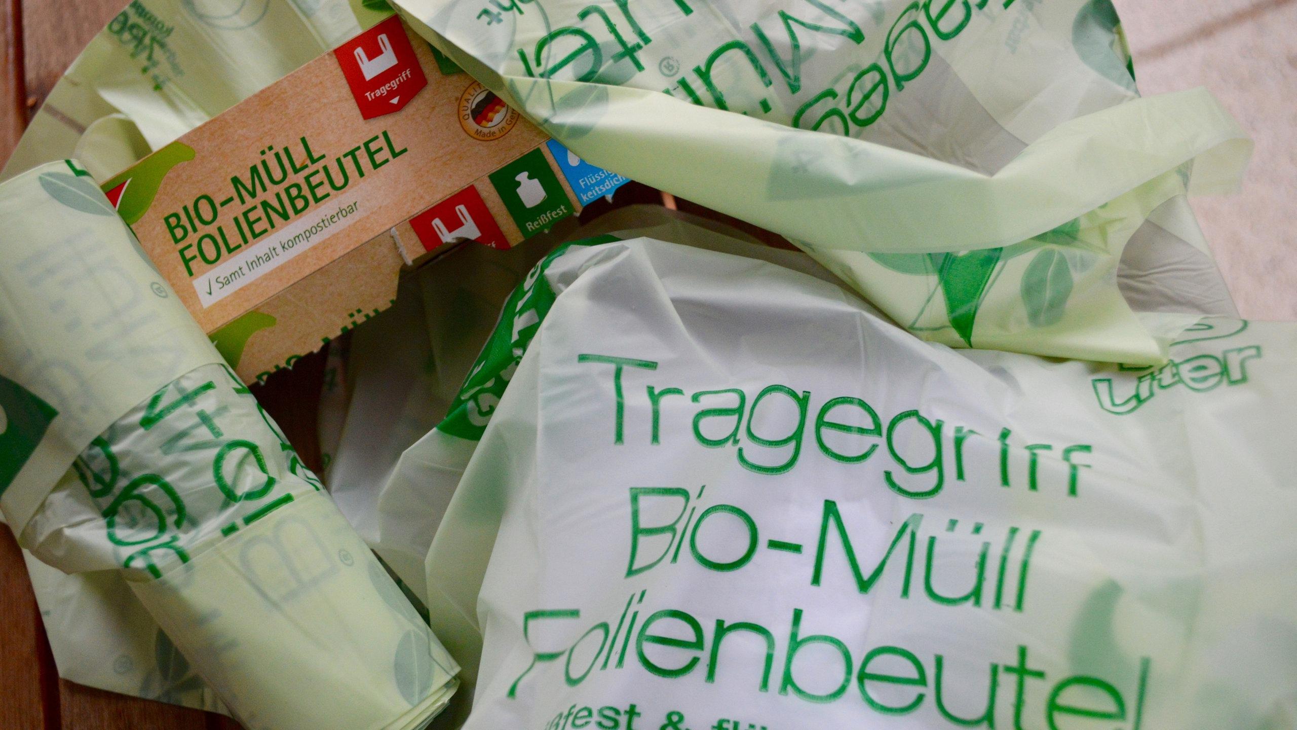 Grüne Bio-Mülltüten übereinander gestapelt.