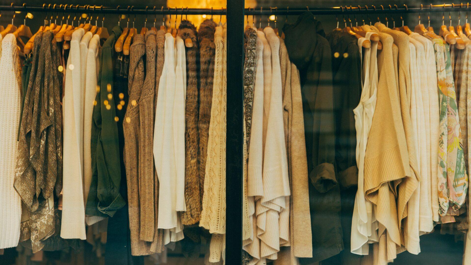 Kleidung auf Kleiderständer | Foto: Hannah Morgan / Unsplash