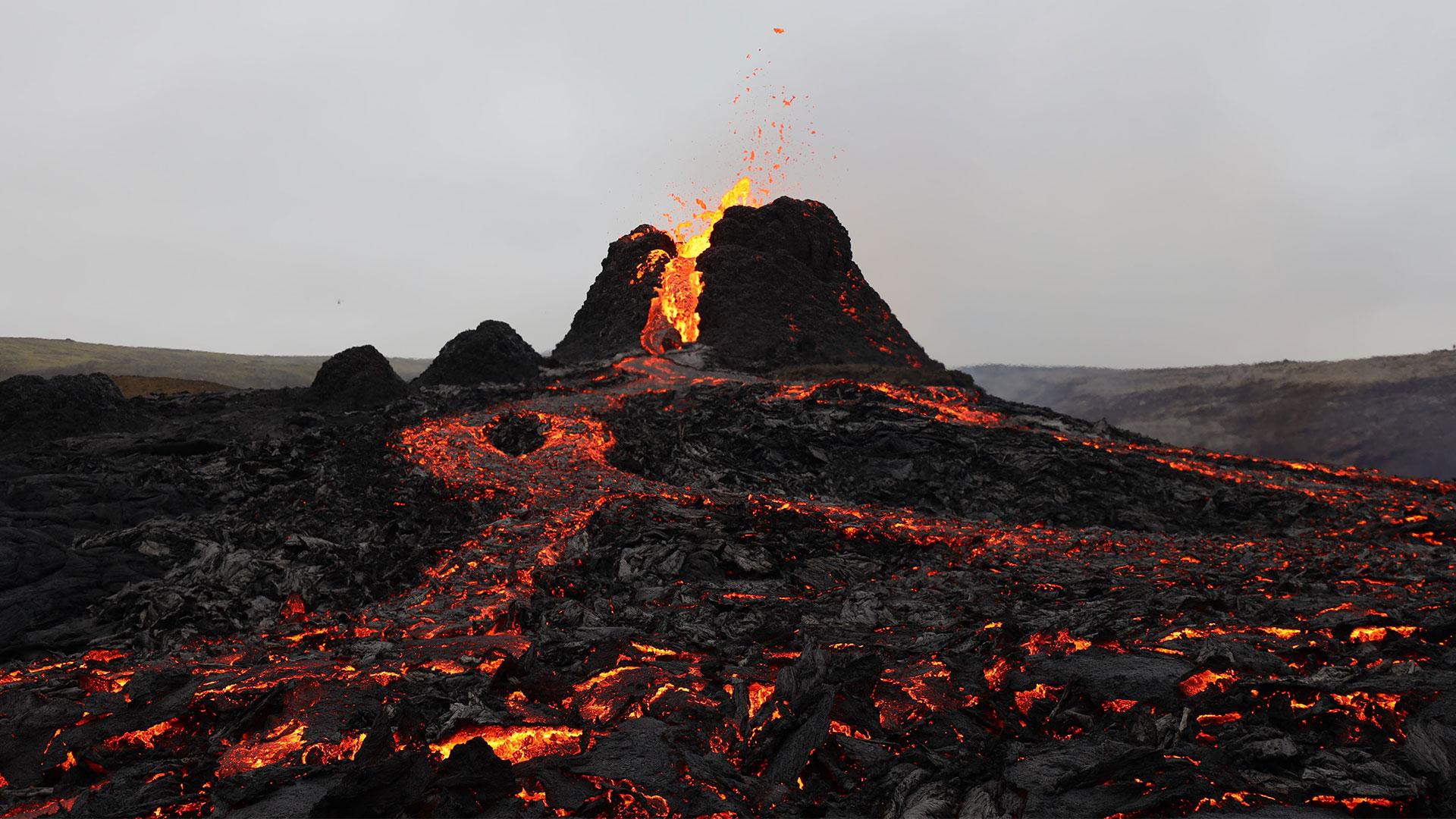 Der Vulkan Fagradalsfjall bricht aus.