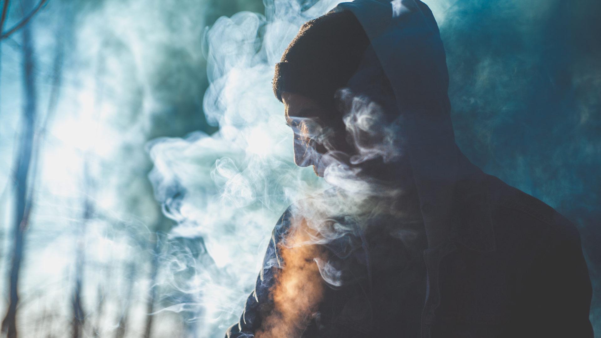 Mann eingehüllt in Rauch